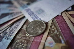 Makrodetail einer glänzenden Silbermünze von einem Rubel-Rubel als Symbol der russischen Währung auf dem silbernen Hintergrund Stockbild