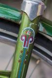 Makrodetail einer grünen Gabel auf einem Retro- Weinlesefahrrad Stockbild