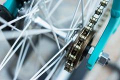 Makrodetail einer Kette auf einem fixie Fahrradrad Stockbild