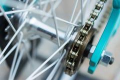 Makrodetail einer Kette auf einem fixie Fahrradrad Stockfotografie