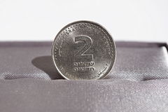 Makrodetail einer Metallmünze von zwei Schekeln u. von x28; Israelische Währung neuer Schekel, ILS& x29; Stockbild