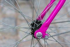 Makrodetail einer purpurroten Gabel auf einem fixie Fahrrad Stockfotografie