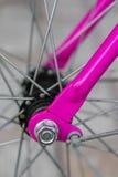 Makrodetail einer purpurroten Gabel auf einem fixie Fahrrad Stockbilder
