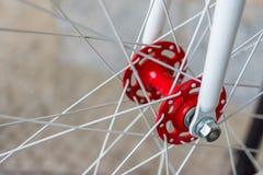 Makrodetail einer roten und weißen Gabel eines fixie Fahrrades Stockbilder