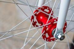 Makrodetail einer roten und weißen Gabel eines fixie Fahrrades Stockfotos