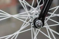 Makrodetail einer schwarzen Gabel auf einem fixie Fahrrad Stockfotos