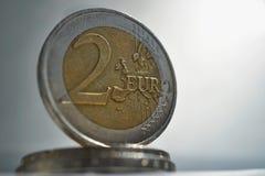 Makrodetail einer silbernen und goldenen Münze im Wert von zwei Euros EUR, von Euro auf Weiß und von Silberhintergrund als Symbol Lizenzfreies Stockbild