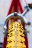 Makrodetail eines gelben Rades eines Kinderfahrrades Lizenzfreie Stockbilder