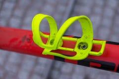 Makrodetail eines sauren gelben Fahrradflaschenhalters Stockfotografie