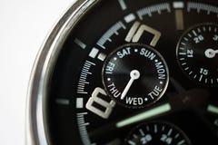 Makrodetail eines Silbers und schwarze Uhr mit dem Fokus auf der gerundeten Woche tragen das Anzeigen der Tage in der Woche ein Lizenzfreie Stockbilder