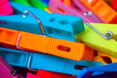 Makrodetail vieler farbigen Wäscheklammern Stockbilder