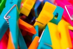Makrodetail vieler farbigen Wäscheklammern Lizenzfreie Stockfotografie