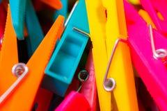 Makrodetail vieler farbigen Wäscheklammern Lizenzfreies Stockfoto