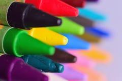 Makrodetail von bunten Wachszeichenstiftfarben stockfoto