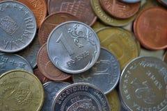 Makrodetail von einem russischen Rubel u. von x28; RUB& x29; auf die Oberseite des Haufens gemacht von vielen verschiedenen Währu Lizenzfreie Stockfotos