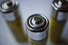 Makrodetail von lokalisierten gelben Batterien als Symbol der angesammelten Energie und der tragbaren Energie Lizenzfreies Stockfoto