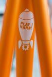 Makrodetalj av det orange röret med klistermärken på en fixiecykel Arkivfoton