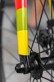 Makrodetalj av en färgad fixiecykelgaffel Arkivfoton