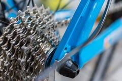 Makrodetalj av en kassett på en blå cykel Arkivbilder