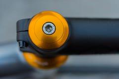 Makrodetalj av en kulör cykelhörlurar med mikrofon Arkivfoton