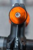 Makrodetalj av en kulör cykelhörlurar med mikrofon Royaltyfri Foto