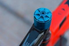Makrodetalj av en kulör cykelhörlurar med mikrofon Royaltyfri Fotografi
