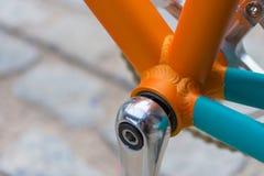 Makrodetalj av en kulör gaffel på en fixiecykel Royaltyfri Foto