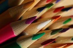 Makrodetalj av en uppsättning av kulöra blyertspennor royaltyfria bilder