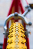 Makrodetalj av ett gult hjul av en ungecykel Royaltyfria Bilder