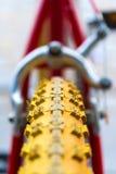 Makrodetalj av ett gult hjul av en ungecykel Royaltyfri Foto