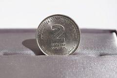 Makrodetalj av ett metallmynt av två siklar & x28; Ny sikel för israelisk valuta, ILS& x29; Fotografering för Bildbyråer