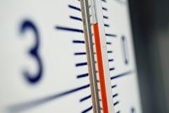 Makrodetalj av och gammal dammig utomhus- termometer i den retro designen som mäter hög temperatur av trettiofem grader av celsiu Royaltyfri Foto