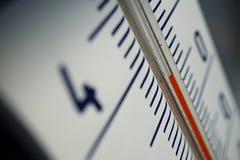 Makrodetalj av och gammal dammig utomhus- termometer i den retro designen som mäter hög temperatur av trettiofem grader av celsiu Fotografering för Bildbyråer