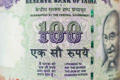 Makrodetalj på indier 100 rupie räkning royaltyfria bilder