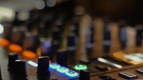 Makrodiscjockeyblandare i en nattklubb på ett parti arkivfilmer