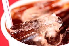 Makroeis in einem Glas von Coca-Cola Stockbilder