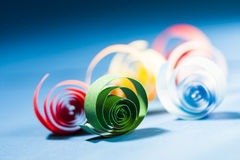 Makroen abstrakt begrepp, bakgrundsbild av kulört papper röra sig i spiral på pappers- bakgrund Royaltyfri Foto