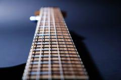 Makroen för den elektriska gitarren sköt av en fretboard Slapp selektiv fokus p? Black arkivbild