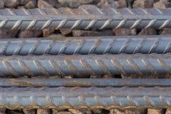 makroen för fältet för djup för abstrakt begreppstänger förstärker den konkreta grunt stål för stänger till använt Arkivbild