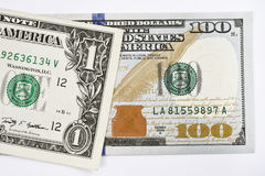 Makroen sköt av en ny 100 dollarräkning och en dollar Royaltyfri Bild
