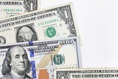 Makroen sköt av en ny 100 dollarräkning och en dollar Arkivbilder