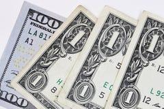Makroen sköt av en ny 100 dollarräkning och en dollar Royaltyfri Fotografi