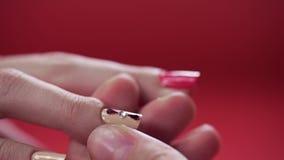 Makroen som skjutas med manikyristen, som klibbar bergkristaller till målad, spikar, makeup och spikar, stänger sig av att applic arkivfilmer