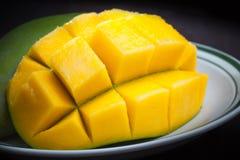 Makrofoto av den skivade mango på den vita plattan Royaltyfri Foto