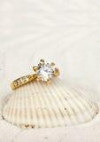 Makrofoto av smyckencirkeln med den stora diamanten på vit sandbackg Royaltyfri Foto