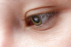 Makrofoto des Auges des jungen Mädchens Stockbilder