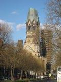 Makrofoto mit der Hintergrundarchitektur des Altbaus der Erinnerungskirche in der deutschen Hauptstadt Lizenzfreie Stockbilder