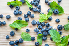 Makrofoto von Blaubeeren auf einem Holztisch Draufsicht über tadellose Blätter mit Brombeeren Gesundes Frühstück Lizenzfreie Stockfotografie