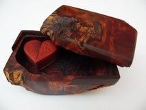 Makrofotografi av den Handcrafted lilla träasken Arkivfoto
