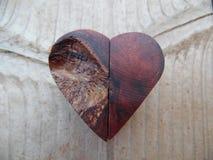 Makrofotografi av Handcrafted liten trähjärta Royaltyfria Bilder